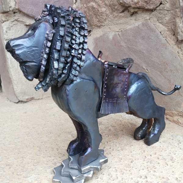 escultura leon en hierro forjado